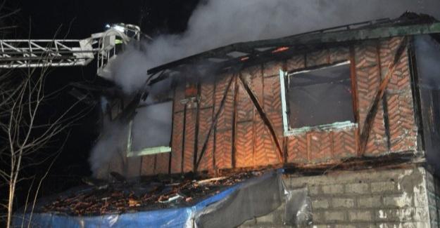Ev yangınında 2 kişi dumandan zehirlendi