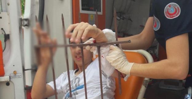 Oyun oynarken koluna demir parmaklık saplandı