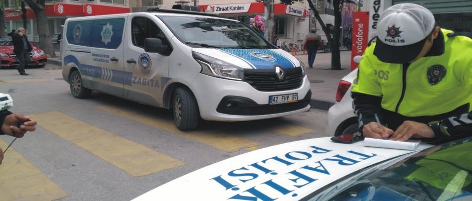 Trafik ekipleri, yaya geçidine park edilen zabıta  aracına ceza yazdı