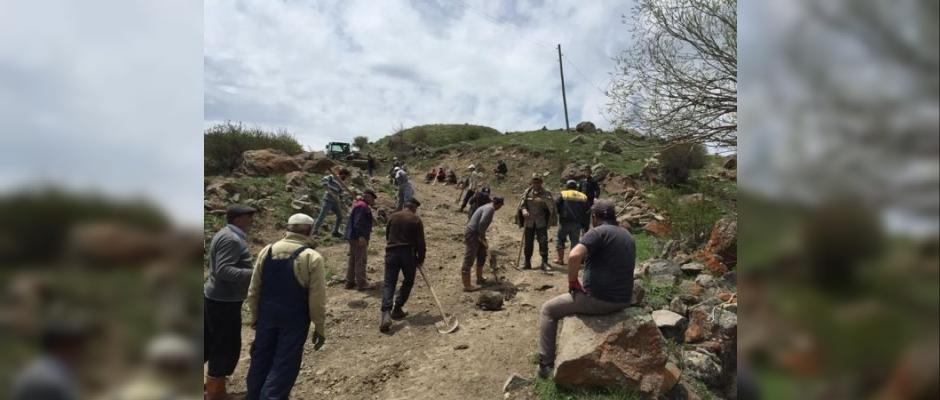 Köylülerden imece usulü yol temizleme