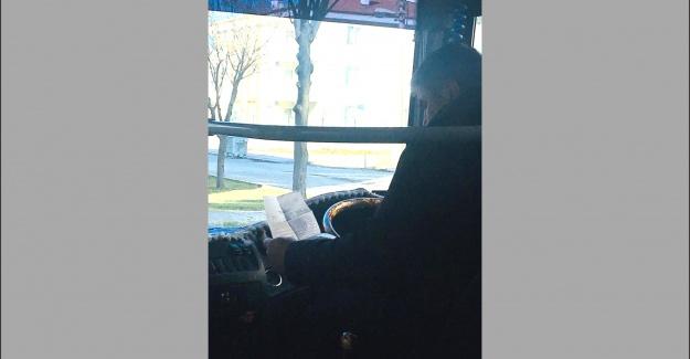 Elindeki telefonla yolcuların canını hiçe saydı