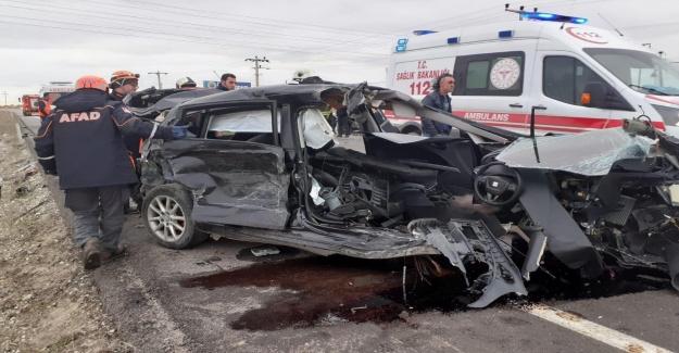 Servis minibüsü ile otomobil çarpıştı: 16 yaralı