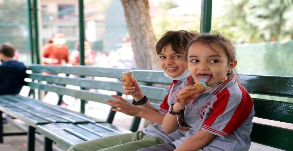 Öğrencilere tatlı ve dondurma sürprizi