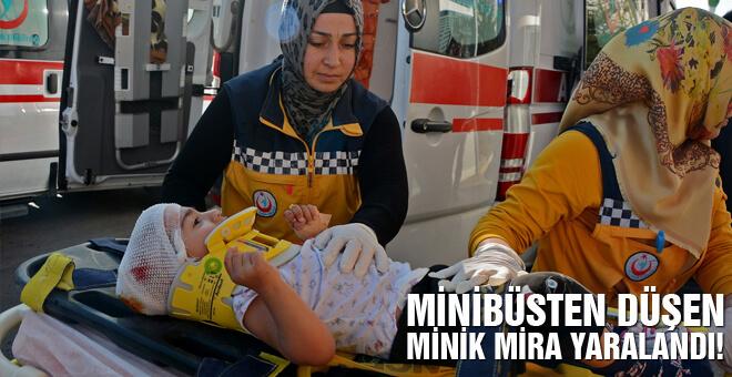 Minibüsten düşen minik Mira yaralandı