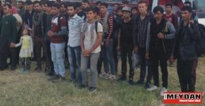 Terkedilen göçmenler, 2 kilogram esrar ile yakalandı