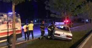 Refüje çarpan araç sürücüsü ağır yaralı