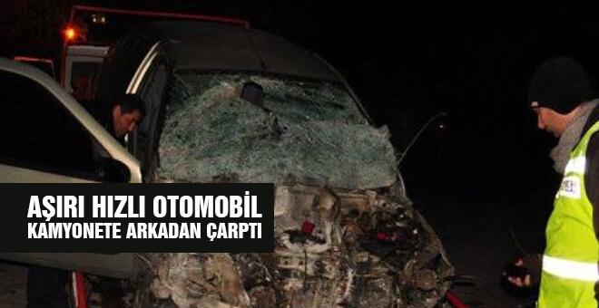 Aşırı hızlı otomobil kamyonete arkadan çarptı