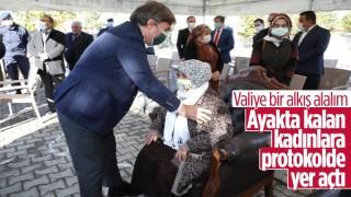 Vali Hamza Aydoğdu, ayakta kalan kadınlar için protokol koltuğunda yer açtı